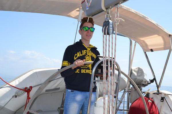 Al timone in barca a vela